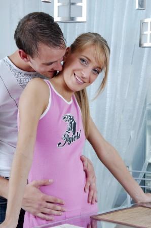 Молодая девушка своим взглядом привлекла мужа на кухню, где он её и